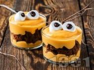 Крем с тиква, сирене маскарпоне, натрошени на парчета шоколадови бисквити и маршмелоу бонбони за десерт за Хелоуин